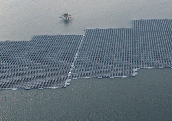 Floating solar installation at QEII reservoir (credit Ciel et Terre)