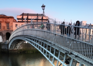 Ha'penny Bridge, Dublin, Ireland. © Pavel L Photo and Video / Shutterstock