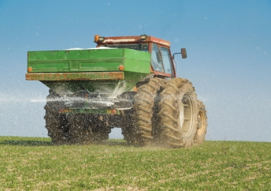 Spreading fertiliser, (c) Shutterstock / oticki